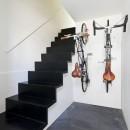 ハコノオウチ05 ルーフバルコニーのある二世帯住宅の写真 玄関ホールに自転車収納