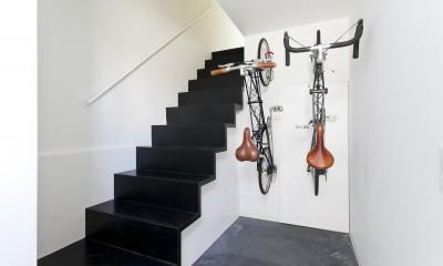 玄関ホールに自転車収納|ハコノオウチ05 ルーフバルコニーのある二世帯住宅