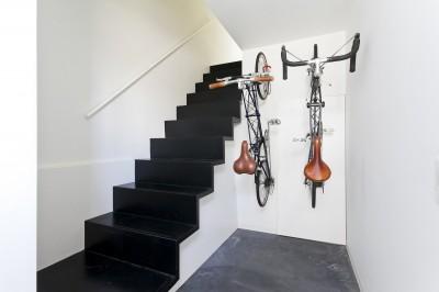 玄関ホールに自転車収納 (ハコノオウチ05 ルーフバルコニーのある二世帯住宅)