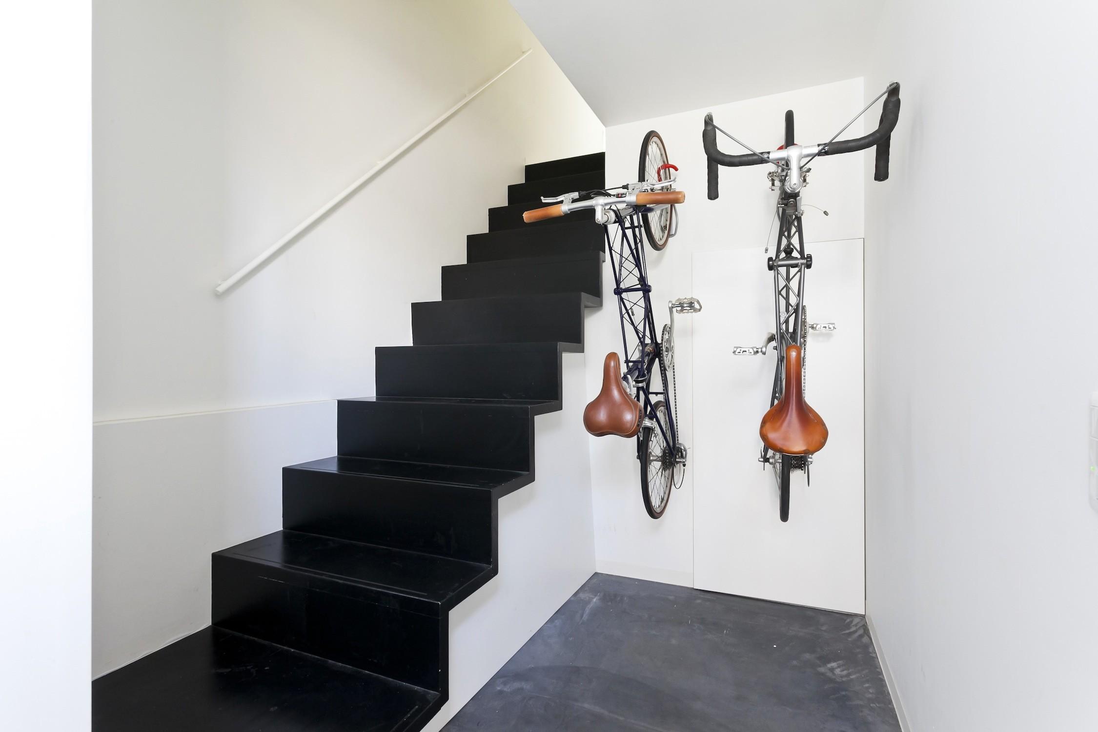 玄関事例:玄関ホールに自転車収納(ハコノオウチ05 ルーフバルコニーのある二世帯住宅)