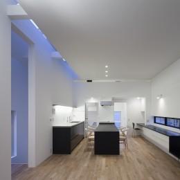 オウチ25・インナーバルコニーの家 (天井スリットから光を取り込むリビング)