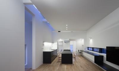 インナーバルコニーのある家 OUCHI-25 (天井スリットから光を取り込むリビング)