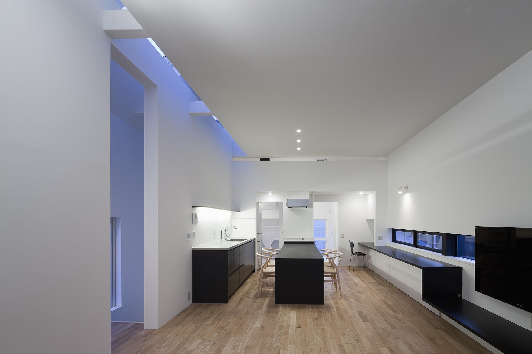 リビングダイニング事例:天井スリットから光を取り込むリビング(インナーバルコニーのある家 OUCHI-25)