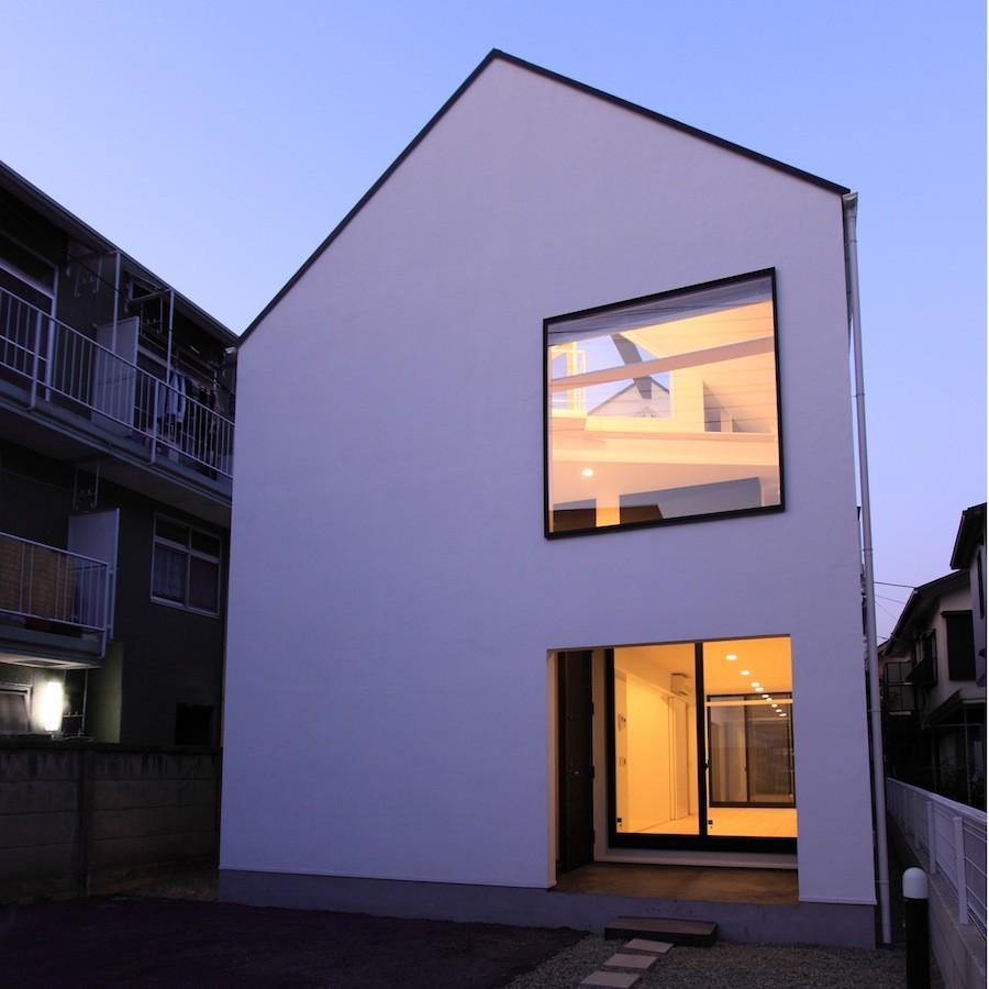 外観事例:外観夜景(ネコと犬と暮らす家・二世帯住宅OUCHI-14)