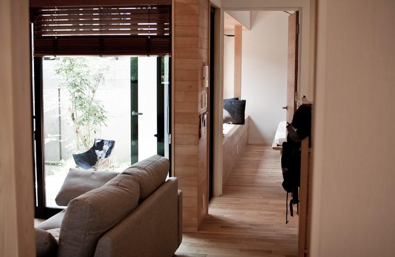 リビングダイニング事例:リビングから寝室、そして外を見る(IThouse)