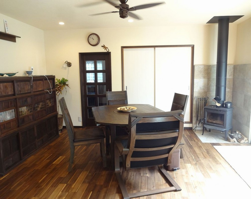 時代家具と暖炉のある和モダンな住まい (落ち着きあるダイニングに暖炉のあたたかさを)