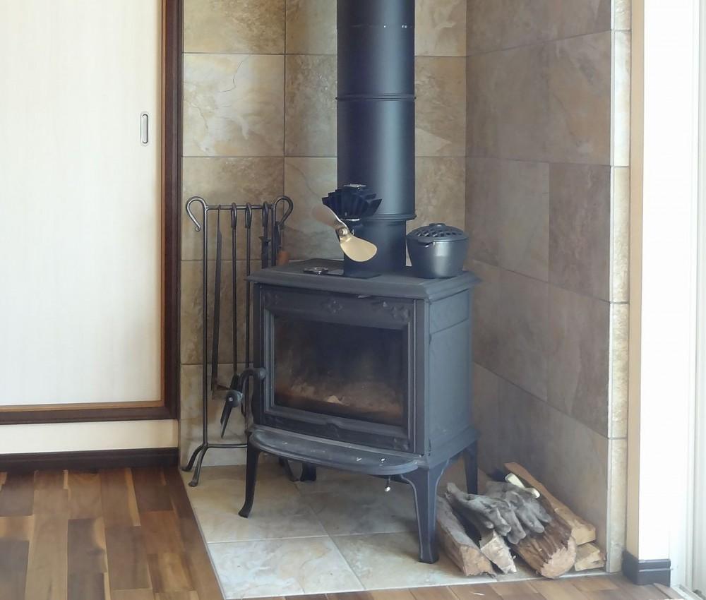 時代家具と暖炉のある和モダンな住まい (暖炉の周囲はタイル貼りに)
