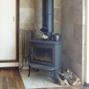 時代家具と暖炉のある和モダンな住まいの写真 暖炉の周囲はタイル貼りに