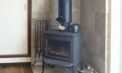 暖炉の周囲はタイル貼りに|時代家具と暖炉のある和モダンな住まい