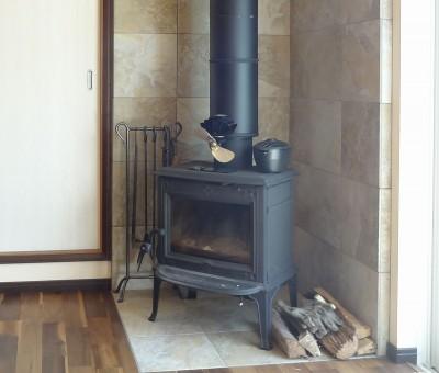暖炉の周囲はタイル貼りに (時代家具と暖炉のある和モダンな住まい)