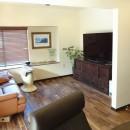 時代家具と暖炉のある和モダンな住まいの写真 和室だったリビングは、和のテイストを残したモダンな雰囲気に