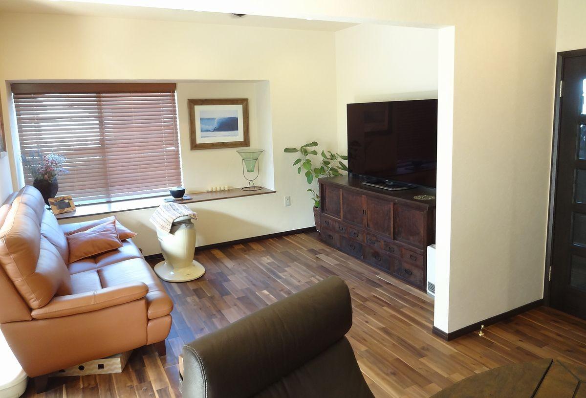リビングダイニング事例:和室だったリビングは、和のテイストを残したモダンな雰囲気に(時代家具と暖炉のある和モダンな住まい)