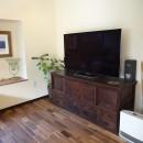 時代家具と暖炉のある和モダンな住まいの写真 TVボードは飴色の時代家具で