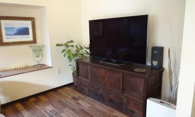 時代家具と暖炉のある和モダンな住まい (TVボードは飴色の時代家具で)
