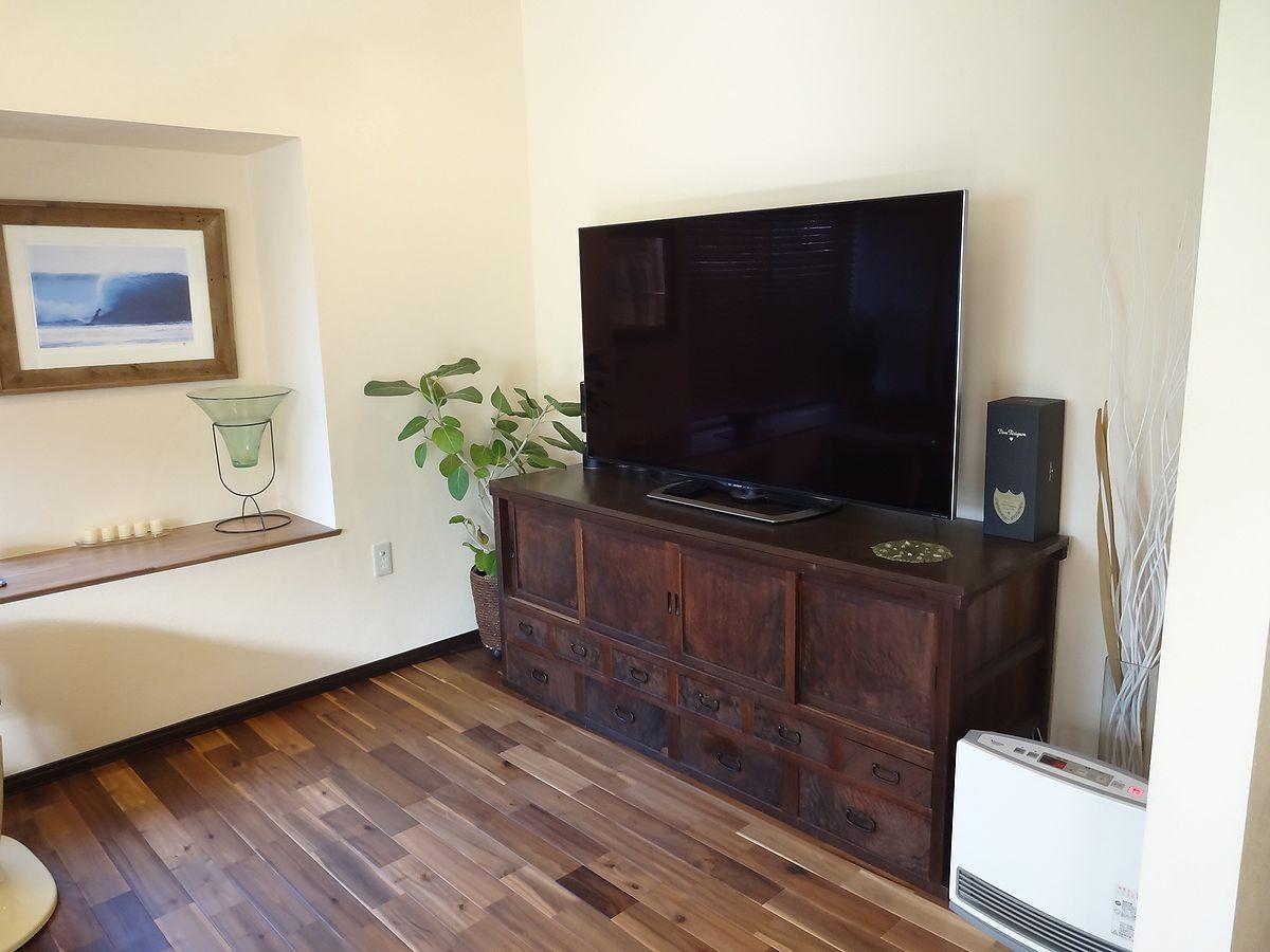 リビングダイニング事例:TVボードは飴色の時代家具で(時代家具と暖炉のある和モダンな住まい)