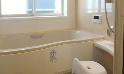 時代家具と暖炉のある和モダンな住まい (少しの増築で広々としたバスルームに)