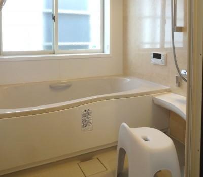 少しの増築で広々としたバスルームに (時代家具と暖炉のある和モダンな住まい)