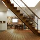 本物にこだわったカフェのようなダイニングの写真 ゴムの木のストリップ階段