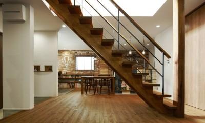 本物にこだわったカフェのようなダイニング (ゴムの木のストリップ階段)