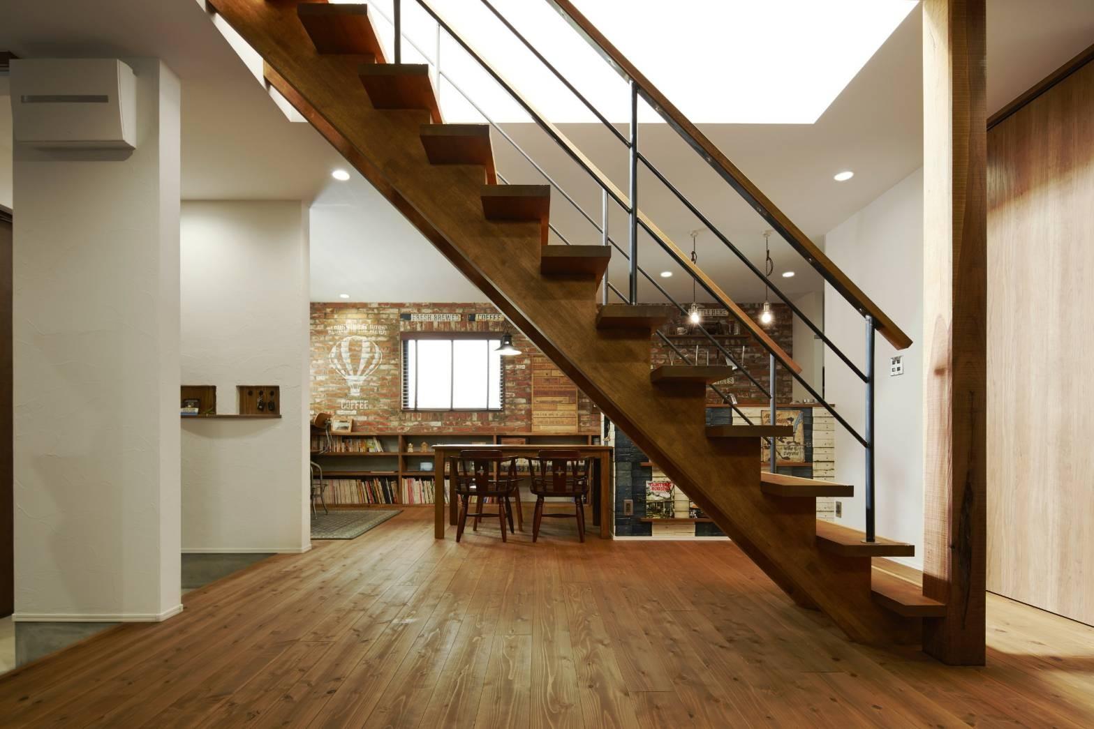 リビングダイニング事例:ゴムの木のストリップ階段(本物にこだわったカフェのようなダイニング)