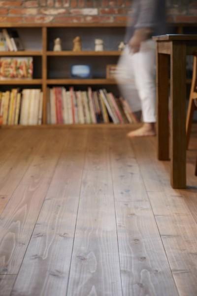 本物にこだわったカフェのようなダイニング (床)
