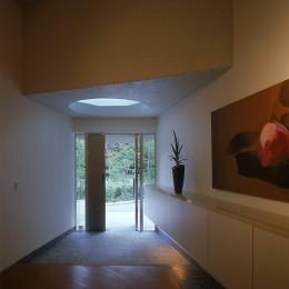 中軽井沢、地窓から裏手の広大な森が目に入る緑に囲まれた住まい (玄関ホール)