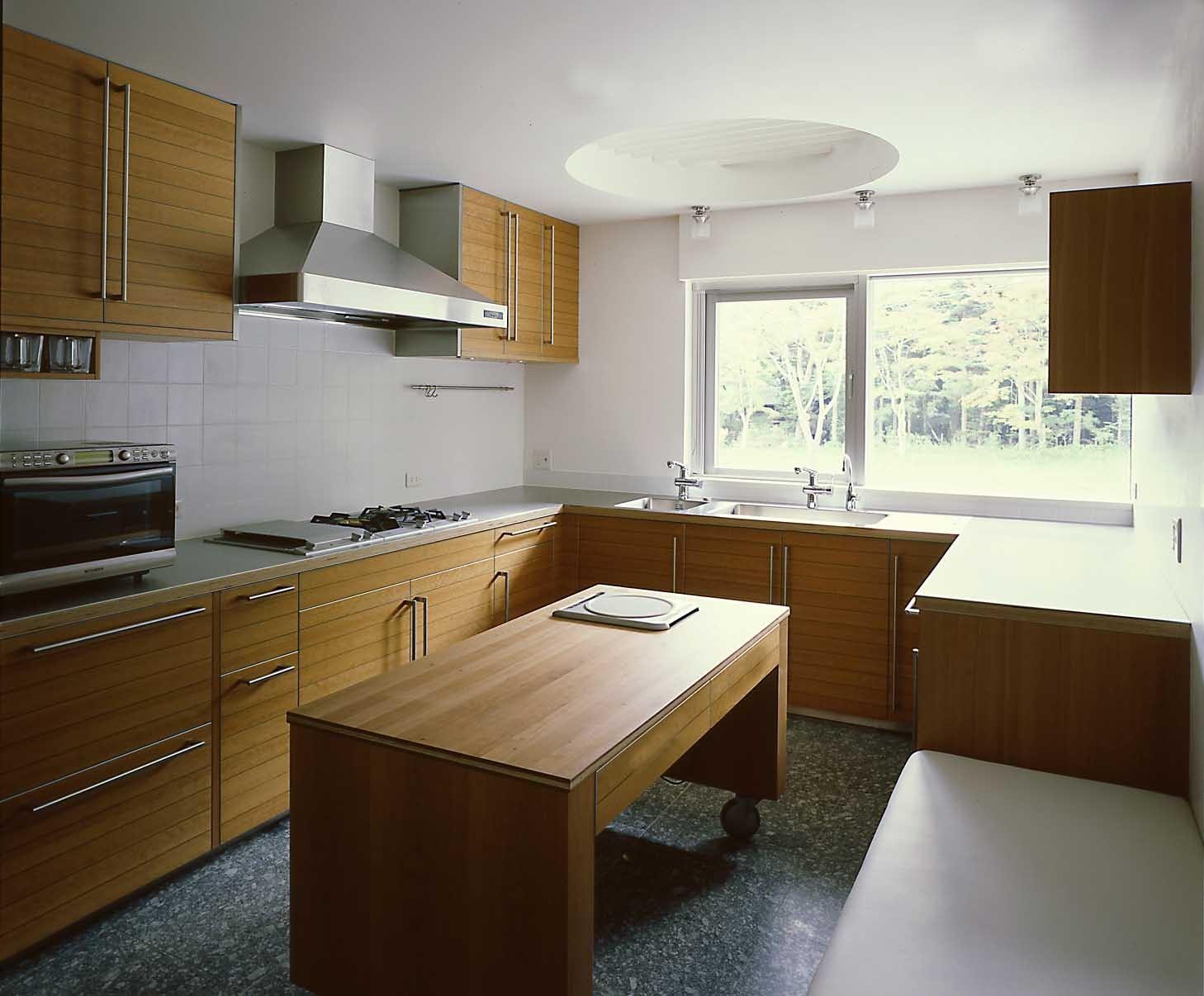 キッチン事例:キッチン(中軽井沢、地窓から裏手の広大な森が目に入る緑に囲まれた住まい)