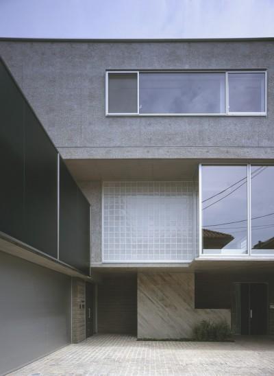 典雅さを目指した広尾の住まい RCビシャン仕上げの外観 シノワズリのインテリア空間 (外観の様子。上階はコンクリート小叩き仕上げの外壁)