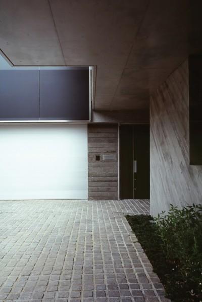 典雅さを目指した広尾の住まい RCビシャン仕上げの外観 シノワズリのインテリア空間 (エントランスまわり外観)