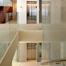 高輪台の家、こだわりの施主と作り上げたバーカウンターのある大型住まいの写真 階段まわり