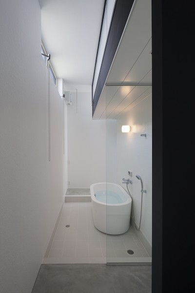 置きバスのある浴室 (ハコノオウチ03 スモールオフィスのある家)