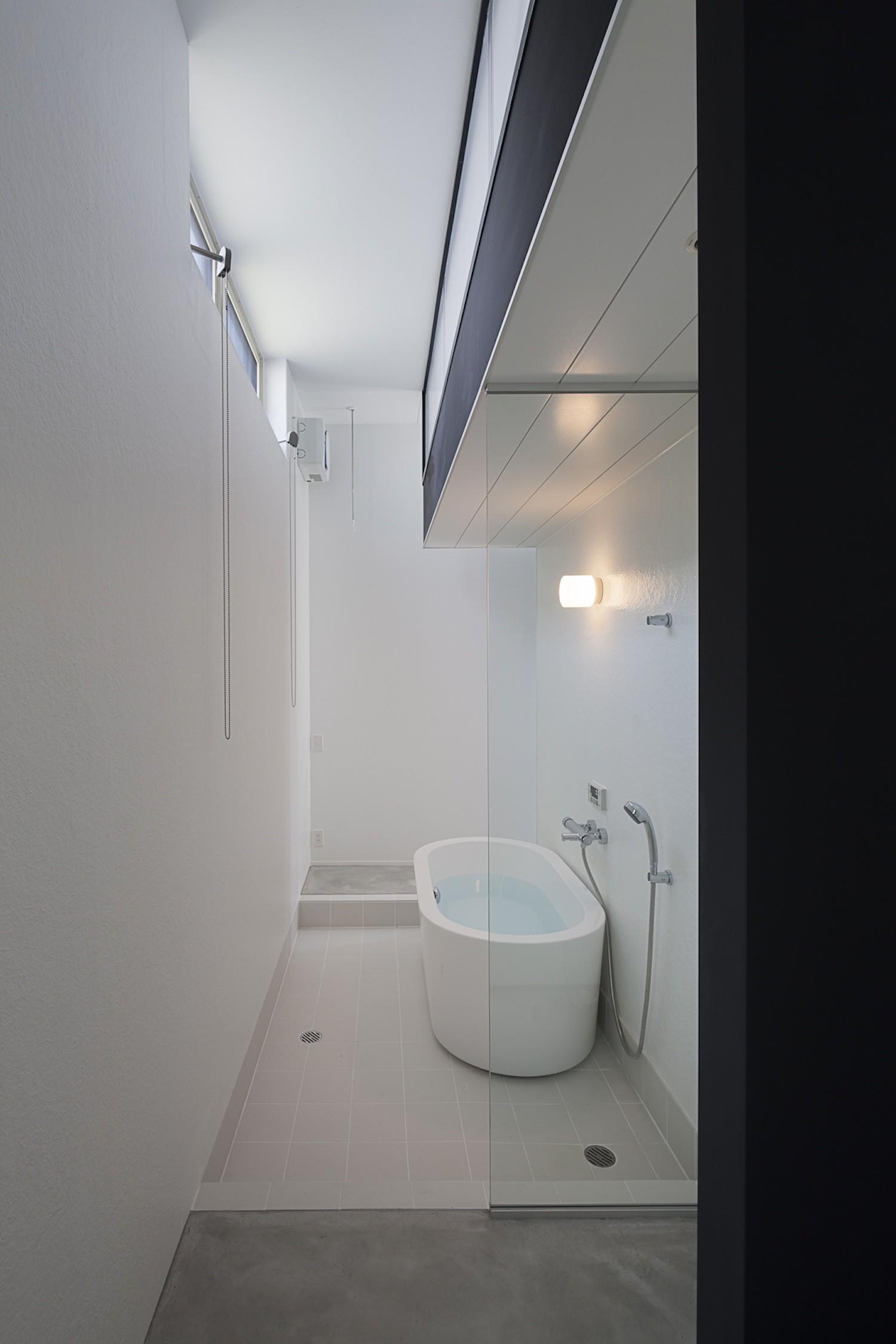 バス/トイレ事例:置きバスのある浴室(ハコノオウチ03 スモールオフィスのある家)