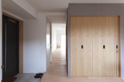 西荻の家-眺望と回遊性のある住まい (玄関ホール)