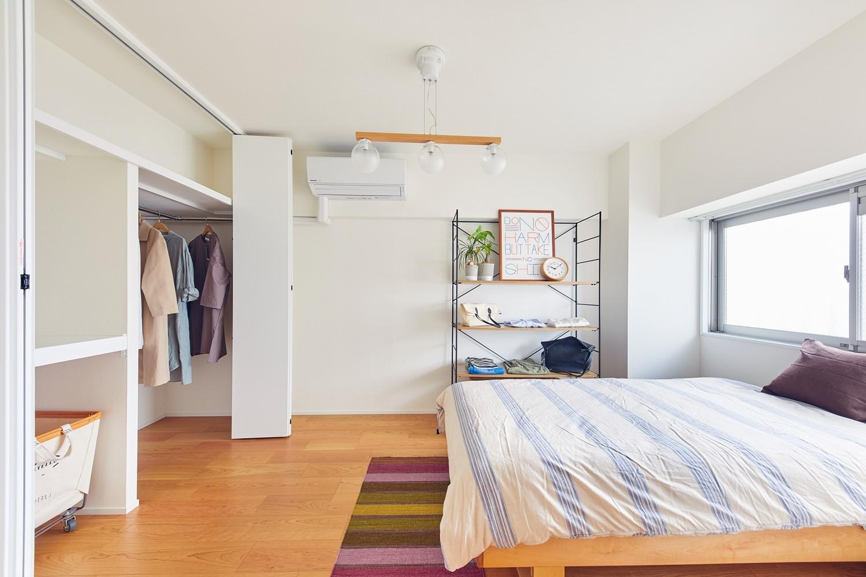 ベッドルーム事例:洋室(大人がくつろげるフレンドリーな家)