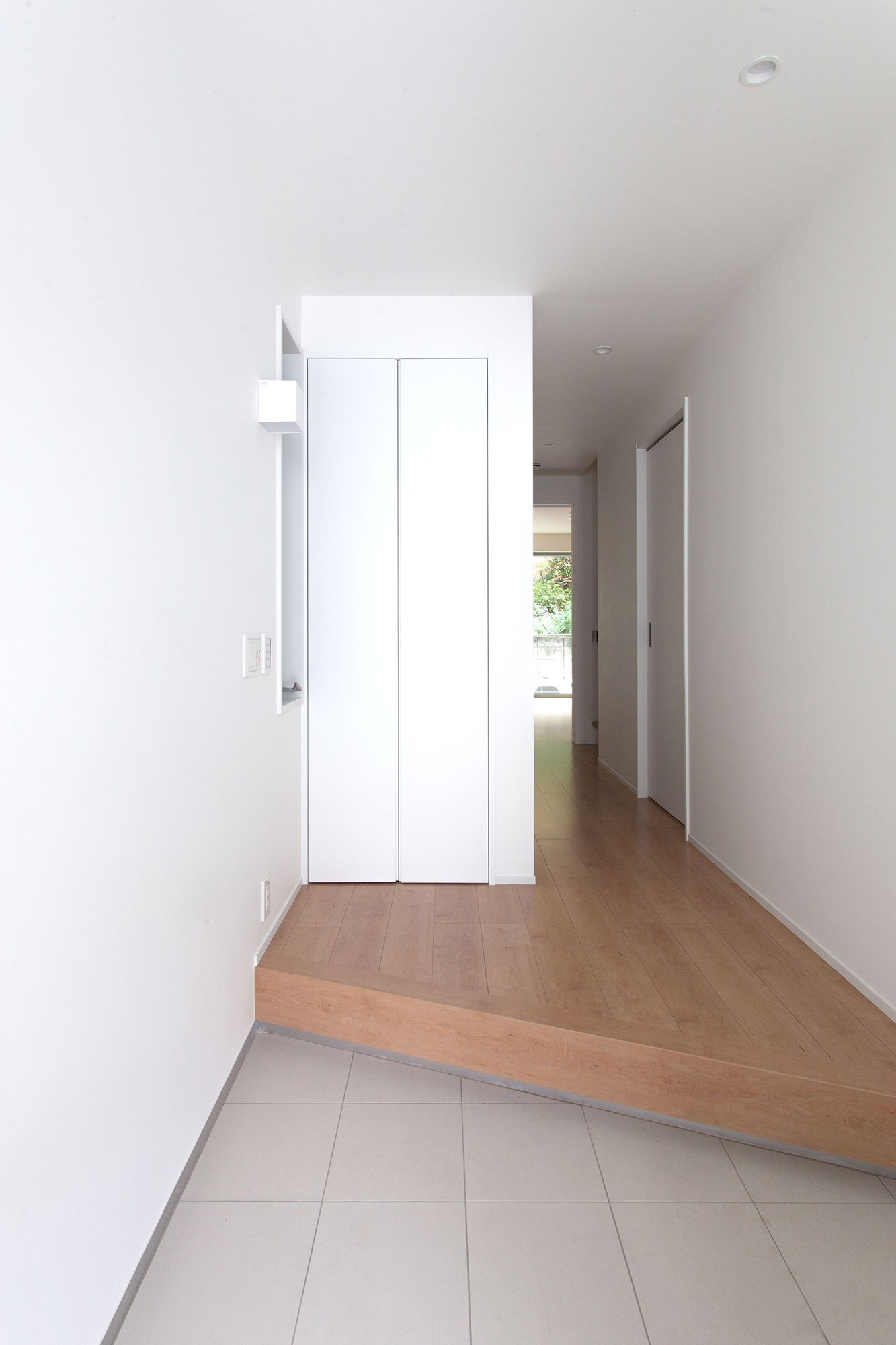 玄関事例:玄関ホール(高島平の家-敷地形状を活かした伸びやかな住空間)