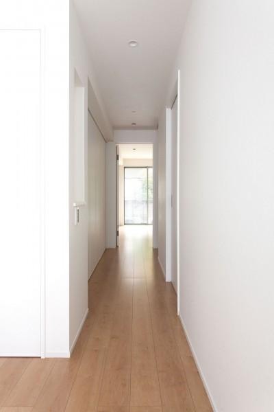 高島平の家-敷地形状を活かした伸びやかな住空間 (廊下)