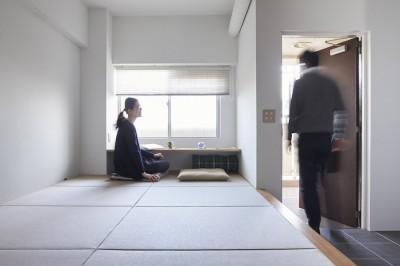 玄関横の小上がり (H邸-郊外の72.5平米マンションで、「今」を楽しむ)