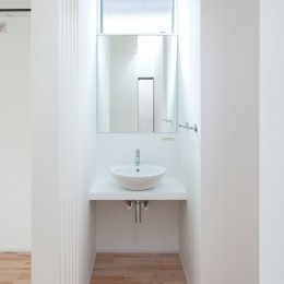 高島平の家-敷地形状を活かした伸びやかな住空間 (洗面スペース)