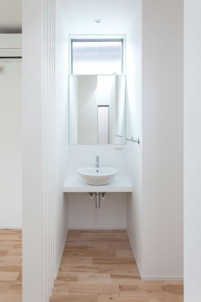 洗面スペース (高島平の家-敷地形状を活かした伸びやかな住空間)