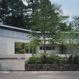 中軽井沢、地窓から裏手の広大な森が目に入る緑に囲まれた住まい
