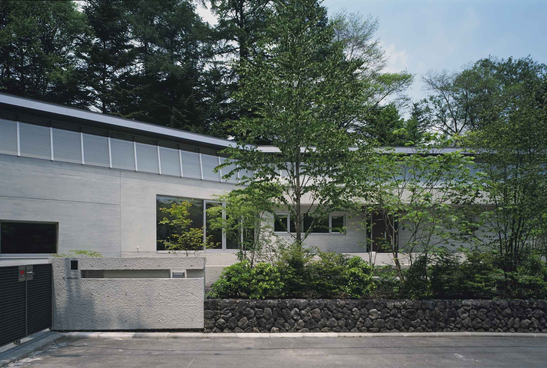 VILLA NAKAKARUIZAWA (道から正対した建物の様子)