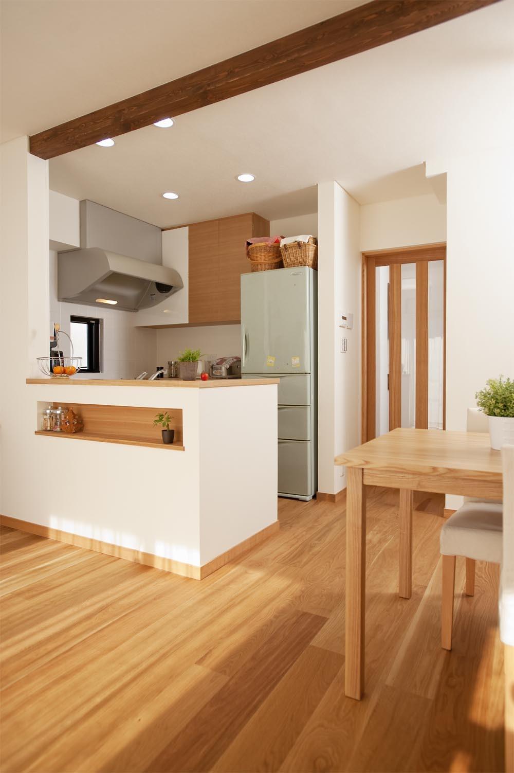 キッチン事例:対面キッチン(30センチからうまれた、広がりを感じるリビング)