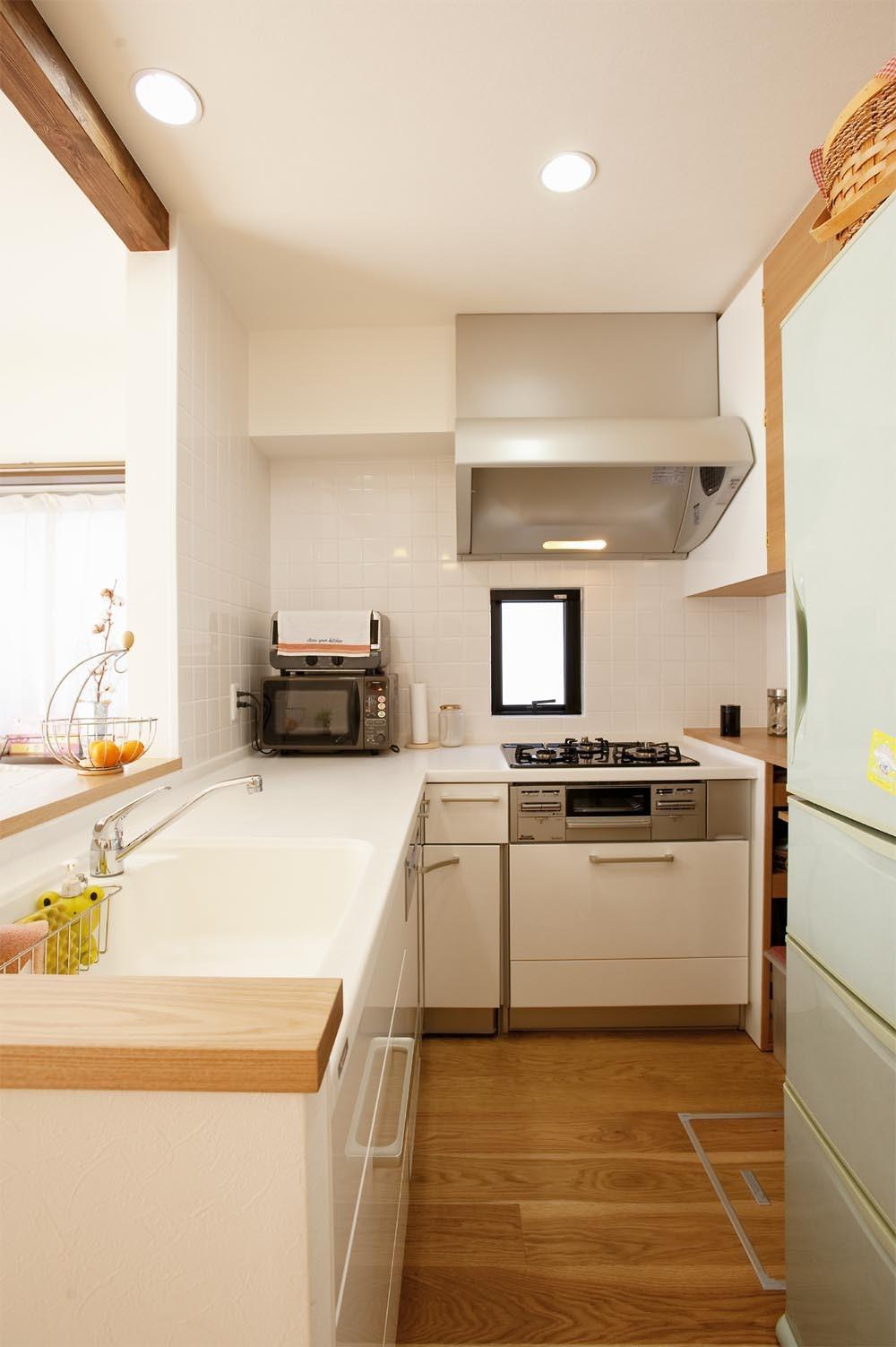 キッチン事例:キッチン(30センチからうまれた、広がりを感じるリビング)
