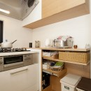 30センチからうまれた、広がりを感じるリビングの写真 キッチン収納