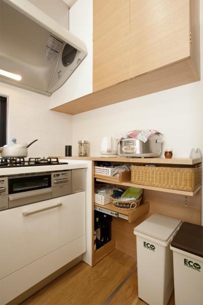 キッチン収納 (30センチからうまれた、広がりを感じるリビング)