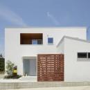 崖地に建つシンプルな家の写真 外観