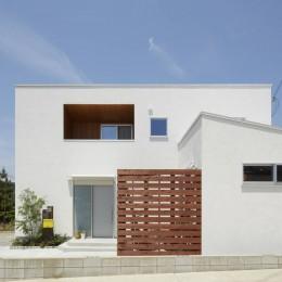 崖地に建つシンプルな家 (外観)