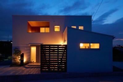 外観 (崖地に建つシンプルな家)