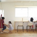 崖地に建つシンプルな家の写真 子供部屋