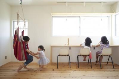 子供部屋 (崖地に建つシンプルな家)